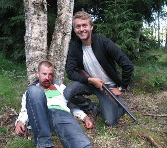 Inspelning av splatterkomedi i Dalarna. Isak Jansson ser nöjd ut med sitt byte.