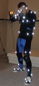 """Jag spelar in datorspel med motion capture. 25 st kameror fångar upp mina rörelser med hjälp av kulorna på dräkten.  Samma teknik som man t ex gjorde Gollum med i """"Sagan om ringen""""."""